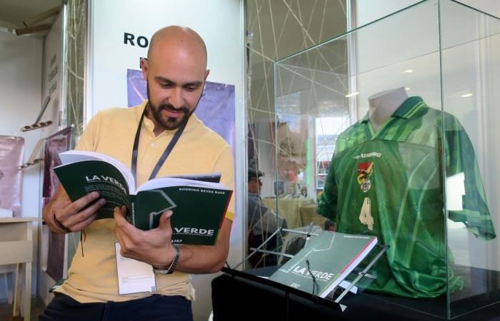 El comunicador boliviano, Rodrigo Reyes, muestra una copia de su libro