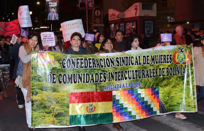 Multitudinaria marcha en La Paz en contra de la violencia a la mujer
