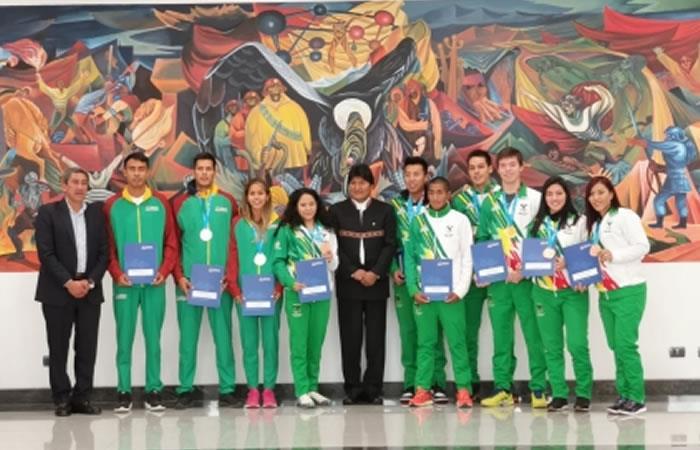 Presidente de Bolivia, Evo Morales junto con los medallistas. Foto: ABI.