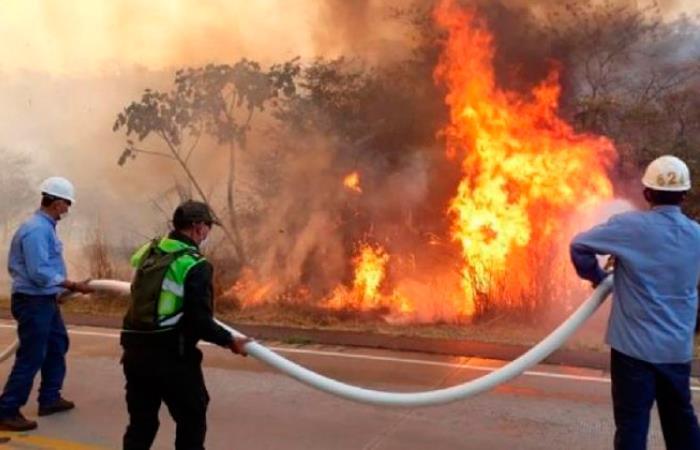 Las autoridades despliegan recursos para controlar la emergencia. Foto: Twitter @abi_bolivia