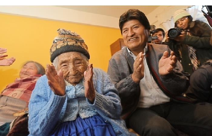 'Mamá Julia' junto con el presidente de Bolivia, Evo Morales en un acto público. Foto: ABI.