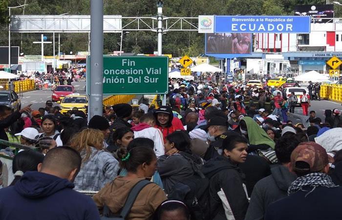 Migrantes venezolanos esperando cruzar la frontera colombo-venezolana. Foto: EFE.