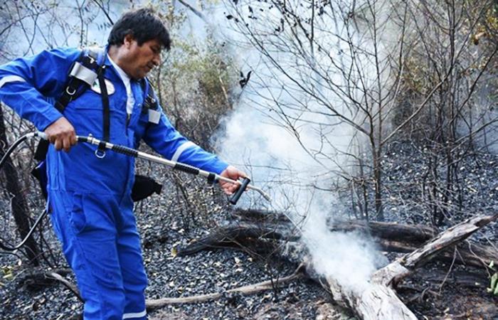 El presidente Morales ingresó a la zona donde los brigadistas, bomberos y voluntarios luchan contra el fuego. Foto: Instagram oficial @evomoralesayma
