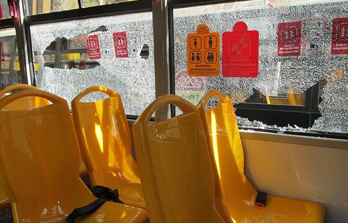 Las quejas de los usuarios paceños apuntan a que el transporte sindicalizado opera sin horarios ni paradas fijas. Foto: EFE