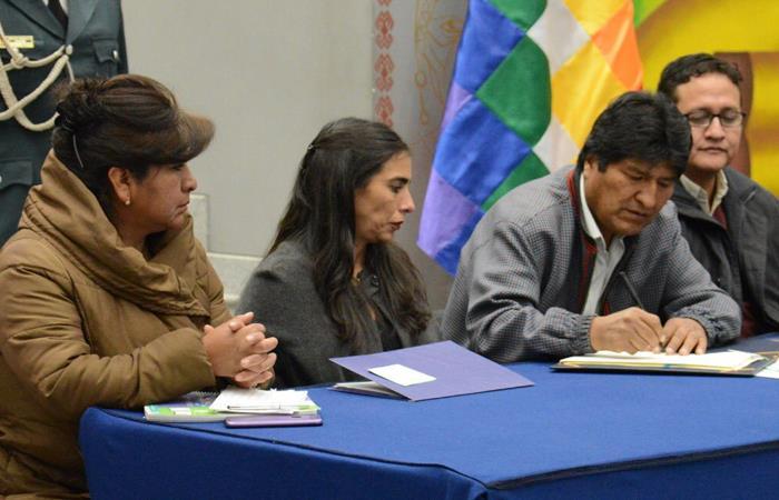 Evo Morales, firmando el decreto que avala la Ley del Cáncer en Bolivia. Foto: Twitter