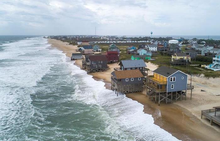 Medios internacionales reseñan que el huracán cedió en su categoría, pero sigue siendo muy peligroso. Foto: EFE.