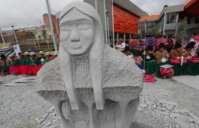Escultores bolivianos rinden tributo a la líder indígena Bartolina Sisa. Foto: EFE.