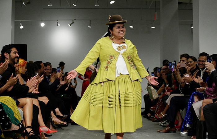La cholita se pone cada vez más de moda y esta vez se lució en pasarela en Nueva York. Foto: EFE