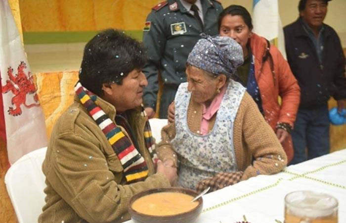 Presidente de Bolivia, Evo Morales junto a personas de la tercera edad. Foto: ABI.