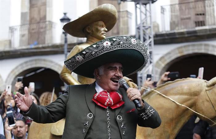 El cantante mexicano, Vicente Fernández, develó una escultura de bronce en Guadalajara. Foto: EFE.