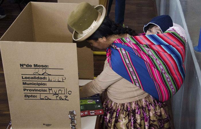 Mujer indígena participa de los comicios electorales en Bolivia. Foto: ABI