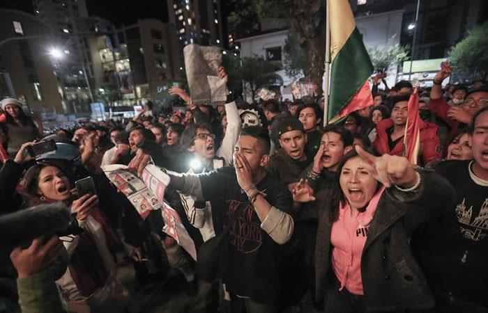 Simpatizantes de Carlos Mesa queman papeletas electorales en una protesta. Foto: EFE.