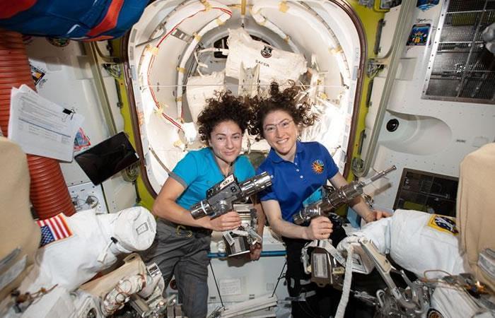 Las astronautas salieron al espacio a reparar un controlador de energía. Foto: EFE.