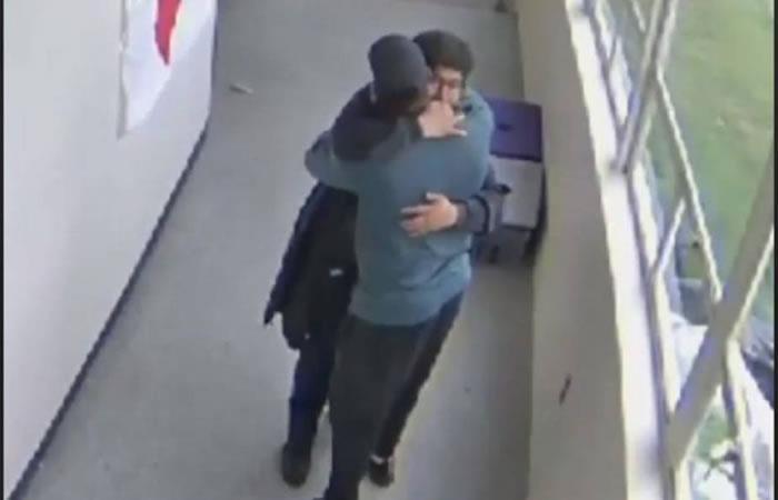 Momento exacto en el que desarma al estudiante con un abrazo. Foto: Facebook Gary Owen.