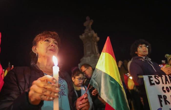 Con vigilia hicieron honores a los caídos durante el conflicto post electoral en el país. Foto: EFE.