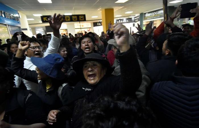 Protestas en el aeropuerto de El Alto en La Paz. Foto: EFE.