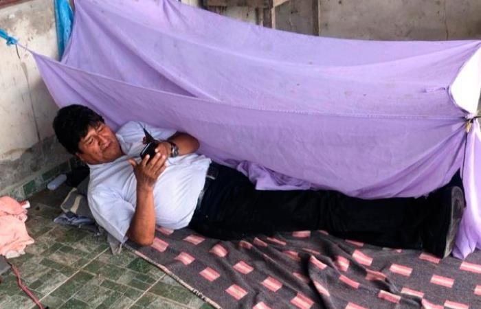 Acostado en el suelo y con unas pocas cobijas, así pasó la noche Evo Morales. Foto: Twitter