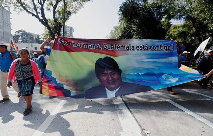 Miembros de CODECA de Guatemala marchan en apoyo a Evo Morales. Foto: EFE