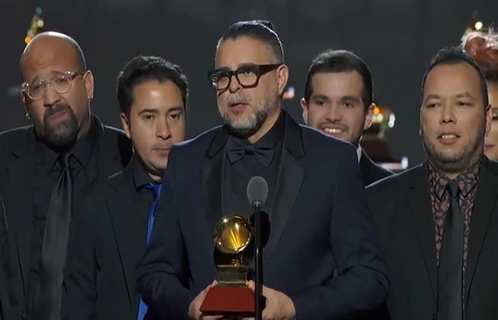 Luis Enrique Mejía junto a C4 Trío. Foto: Twitter/@LatinGRAMMYs