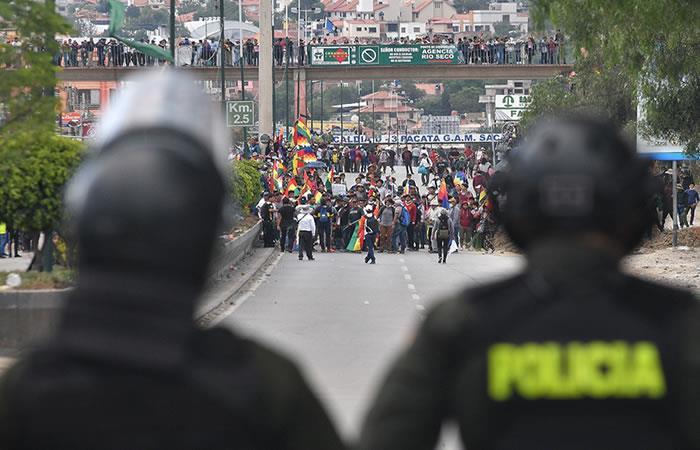 Militares y policías se enfrentan con cocaleros seguidores de Morales. Foto: EFE