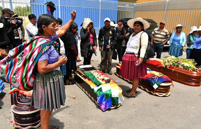 Ciudadanos rodean los féretros de varios de los fallecidos. Foto: EFE
