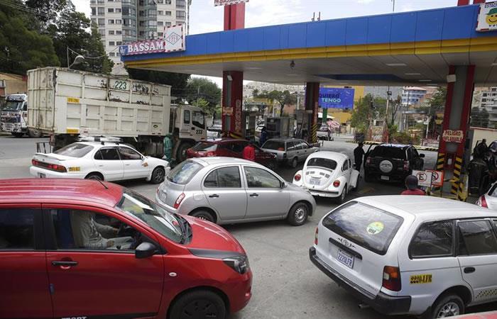 Ciudadanos se abastecieron de combustible este domingo, en La Paz. Foto: EFE