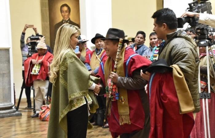 Jeanine Áñez posesionó a Rafael Quispe como nuevo director del Fondo de Desarrollo Indígena (FDI). Foto: ABI