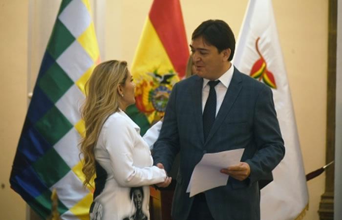 La presidenta interinaJeanine Áñez junto al nuevo Procurador General del Estado, José María Cabrera. Foto: ABI.