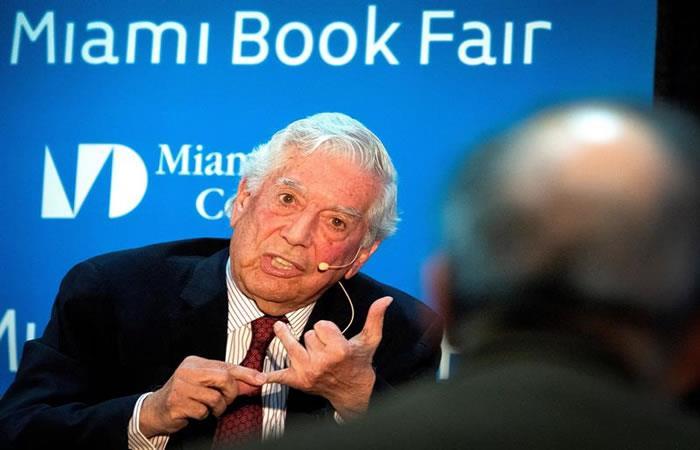 Premio Nobel de Literatura, el escritor peruano Mario Vargas Llosa, habla durante la presentación de su libro 'Tiempos Recios'. Foto: EFE.