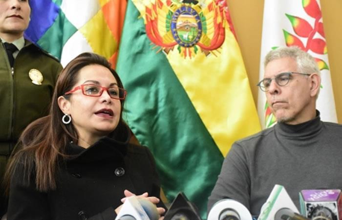 Ministra de Comunicación, Roxana Lizárraga junto al escritor boliviano, Juan Claudio Lechín. Foto: ABI