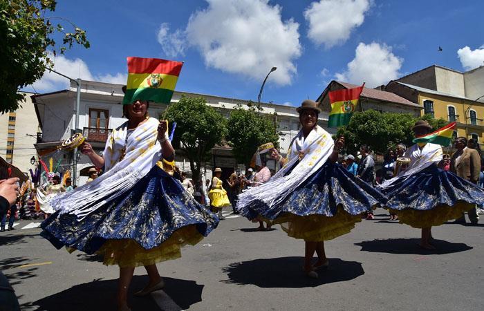 Por las calles de La Paz recorren las danzas bolivianas. Foto: EFE