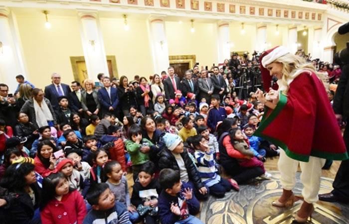 Presidenta Interina Jeanine Áñez en la entrega de regalos navideños a los niños bolivianos. Foto: ABI