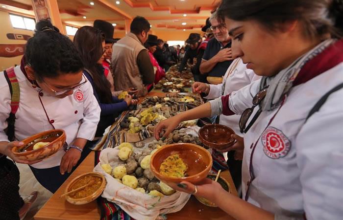 """Celebración colectiva Apthapi durante el acto """"Registro de Patrimonio Alimentario de Tiwanaco"""". Foto: EFE"""
