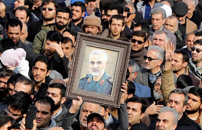 Miles de iraníes salen a las calles para llorar la muerte del teniente general y comandante. Foto: EFE