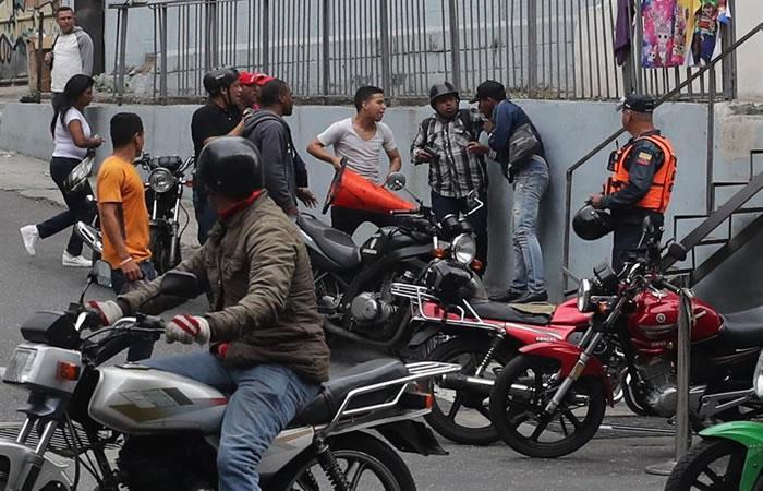 Grupo de hombres enfrentándose en las inmediaciones del Palacio Federal Legislativo. Foto: EFE