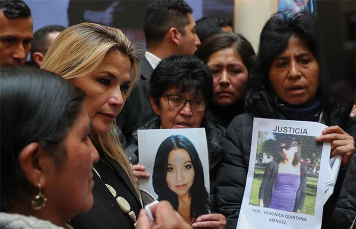 Áñez atiende a víctimas y pide modificar Ley 1173 -. Foto: EFE
