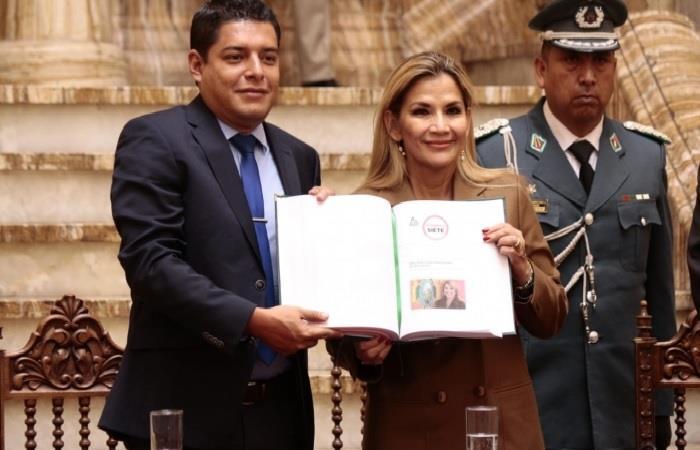 Presidenta interina de Bolivia Jeanine Áñez presentó informe de los DDHH. Foto: ABI.