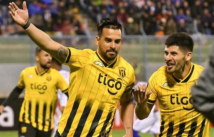 Cristian Baez (i) de Guaraní festeja tras anotar un gol ante San José. Foto: EFE.
