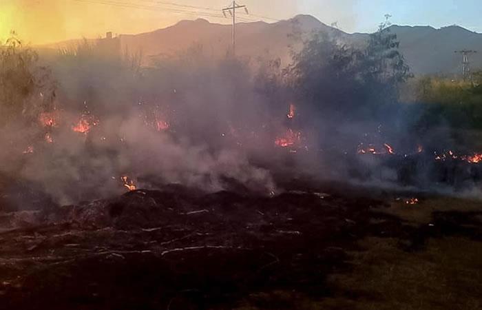 Unidades del cuerpo de bomberos atendiendo la emergencia en Venezuela. Foto: EFE.
