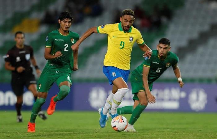 Matheus Cunha (c) de Brasil disputa un balón con Juan Reyes (i) y José Carrasco de Bolivia. Foto: EFE.
