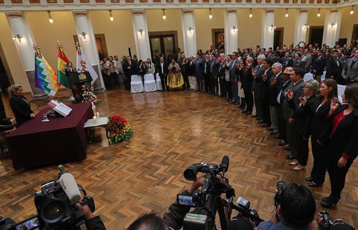 Presidenta Interina Jeanine Áñez en la posesión de tres de sus ministros para su nueva etapa política. Foto: EFE.