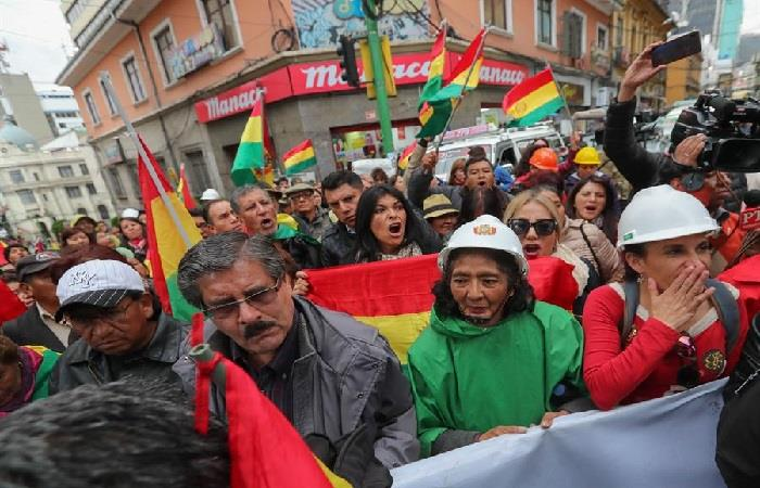 Decenas de personas marcharon por el centro de La Paz. Foto: EFE