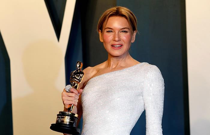 Renée Zellweger sosteniendo su trofeo de Oscar a 'Mejor actriz'. Foto: EFE