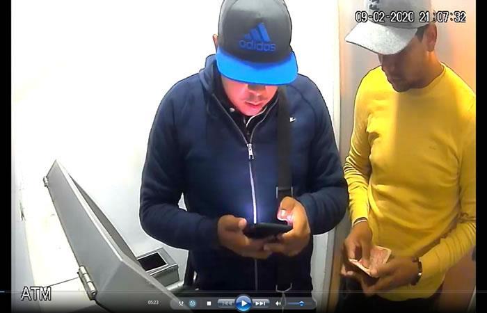 Banda de delincuentes robando un cajero automático. Foto: ABI