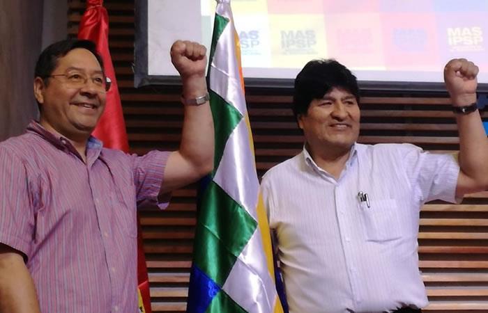 Candidato a la Presidencia de Bolivia, Luis Arce, junto al expresidente indígena Evo Morales. Foto: Twitter @Jmkarg