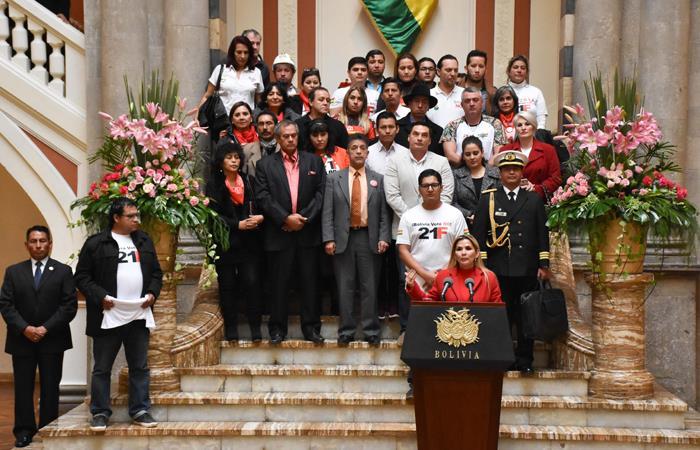 """Presidenta Interina Jeanine Áñez junto con los jóvenes de las plataformas """"21F"""". Foto: ABI"""