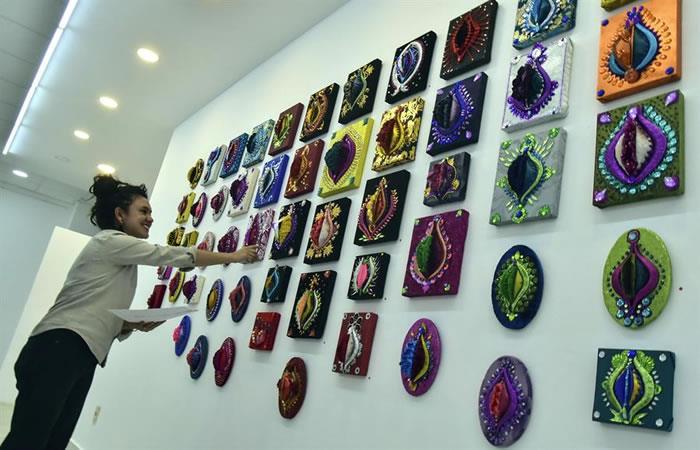 """La artista mexicana Georgina Santos muestra algunas piezas que hacen parte de la exposición """"Vaginas del Gran Poder"""" en La Paz. Foto: EFE"""
