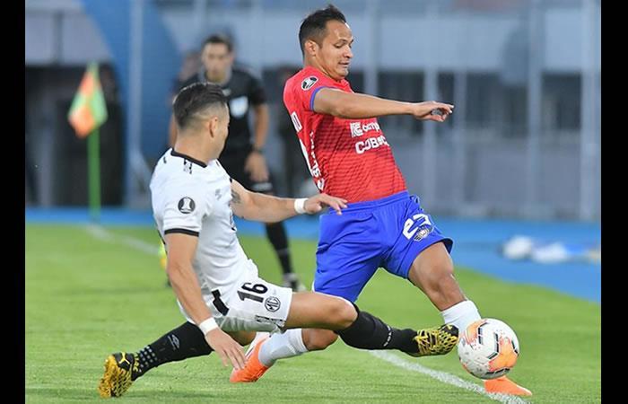 Leonel Justiniano (d) del Wilstermann disputa el balón ante Óscar Opaza (i). Foto: EFE