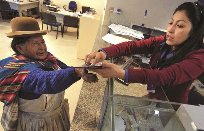 La Renta Dignidad es un pago de hasta 350 bolivianos mensual, universal y vitalicio que provee el Estado a las personas de 60 años o más. Foto: ABI