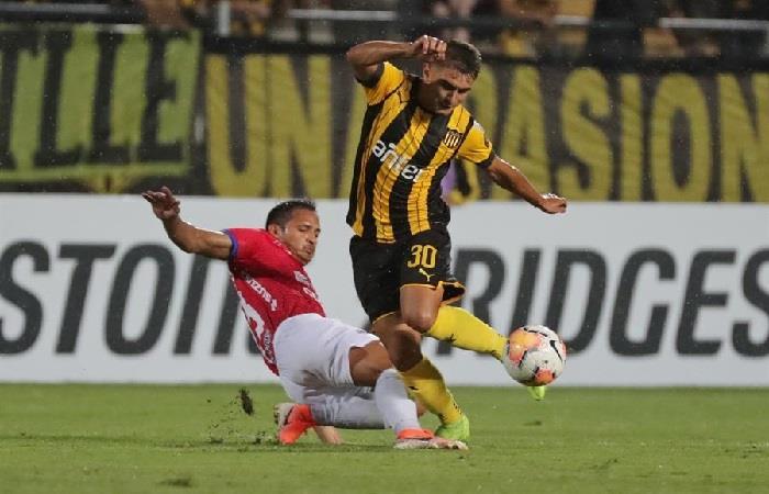 Cristian Chávez (d) Peñarol disputa un balón con Miguel Acevedo de Jorge Wilstermann. Foto: EFE